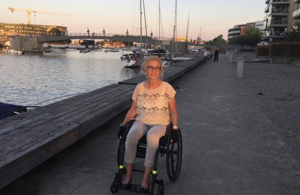 Elin i rullestol mot Brygga