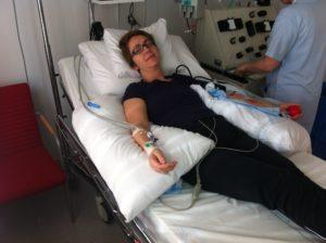 Bilde av Elin på Karonlinska, liggende i sykehusseng mens de henter ut stamcellene fra blodet (afarese)