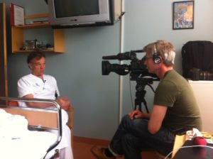 NRK-fotograf intervjuer professor Hans Hägglund.
